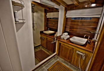 LADY ELIZABETH Forward Cabin Ensuite Shower
