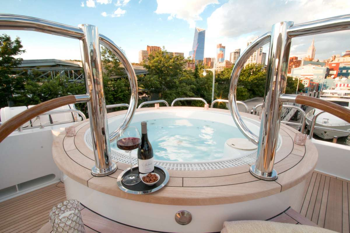 ASPEN ALTERNATIVE Sun Deck Jacuzzi