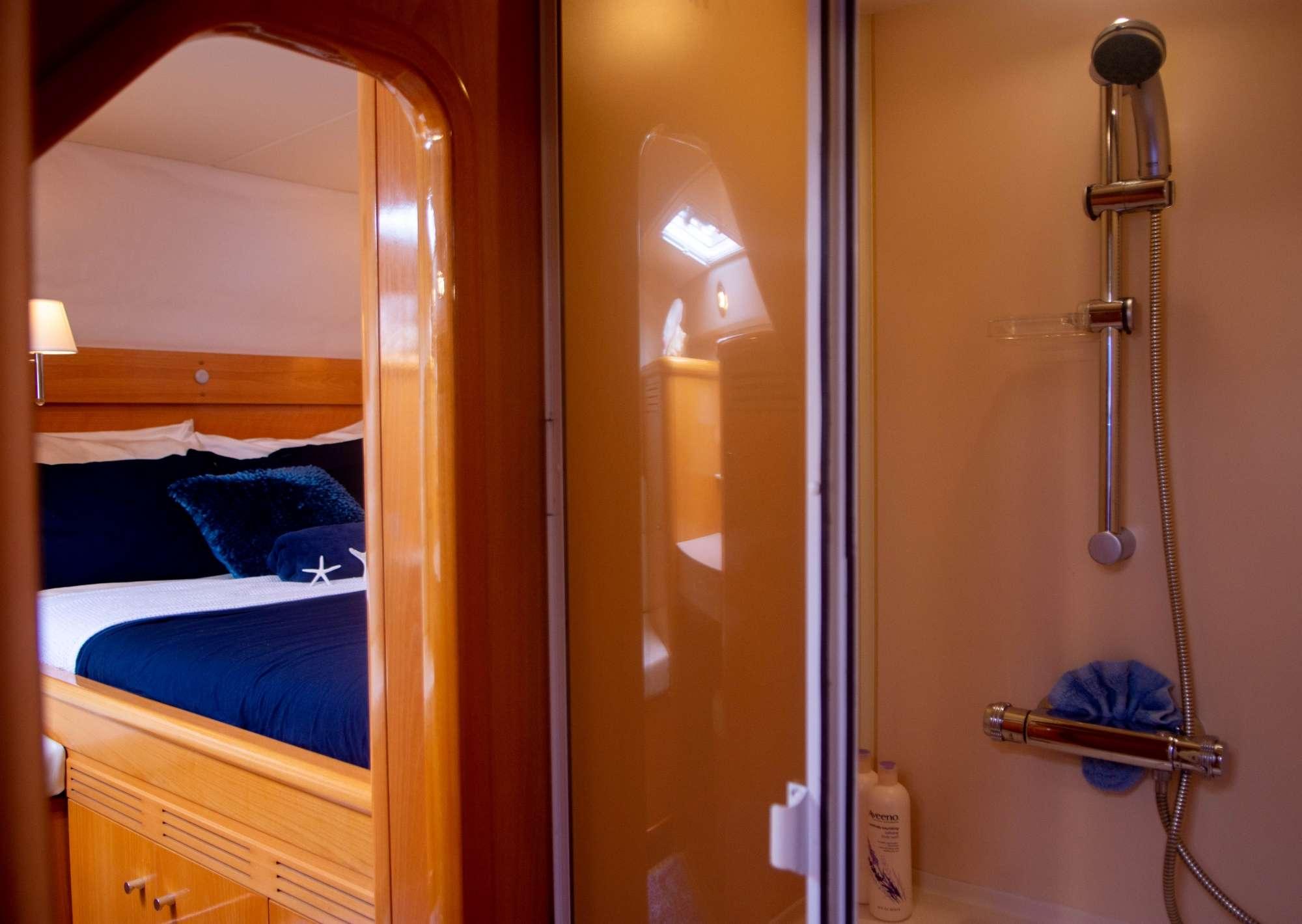 Queen cabin w/en-suite bathroom