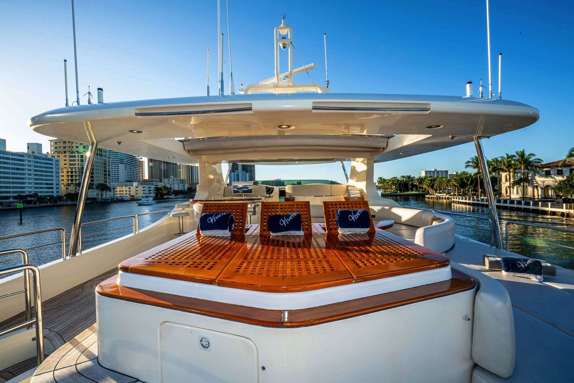 VIVERE Flybridge, alfresco dining