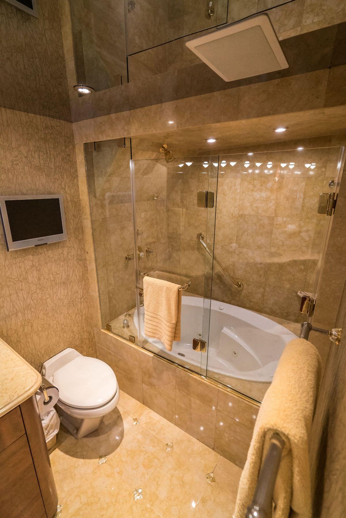 Master bath - hers w/ Jacuzzi tub