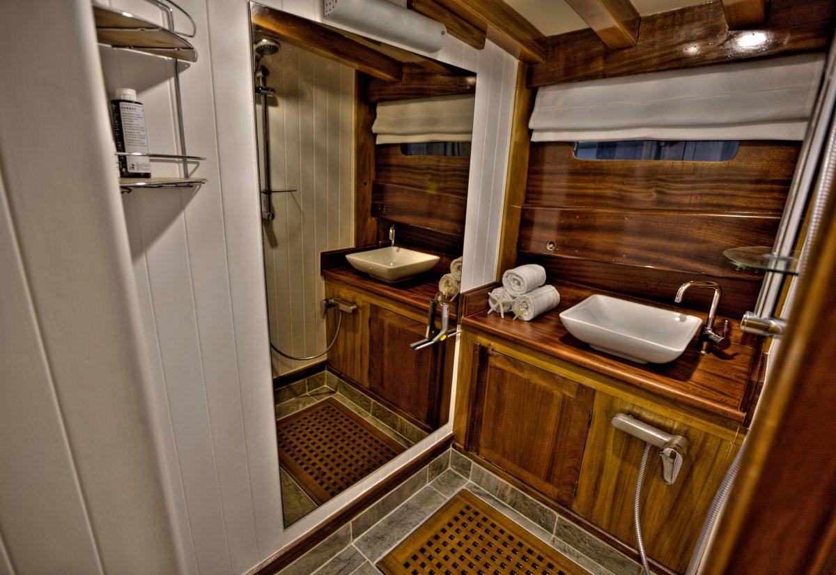 LADY ELIZABETH Forward Cabin Ensuite Shower