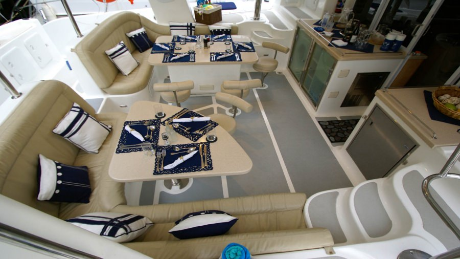 Aft cockpit set for alfresco dining