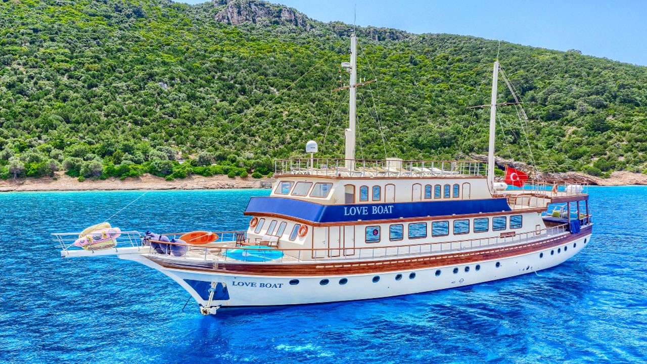 Charter with B&B2 on compassyachtcharters.com
