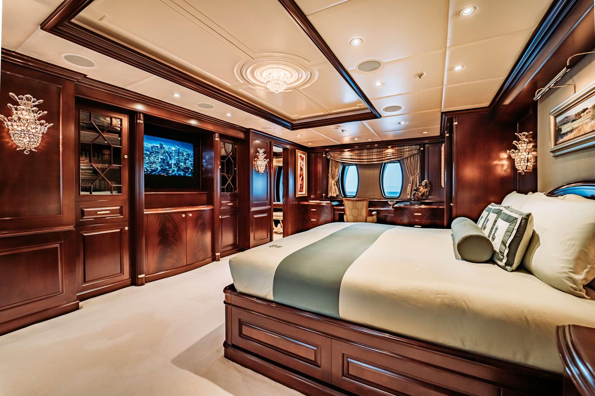 motor yacht MUSTIQUE