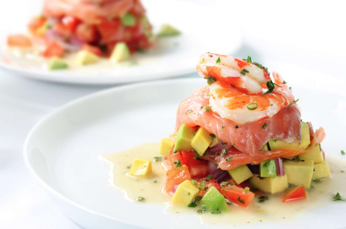 Салат с семгой авокадо и креветками рецепт с