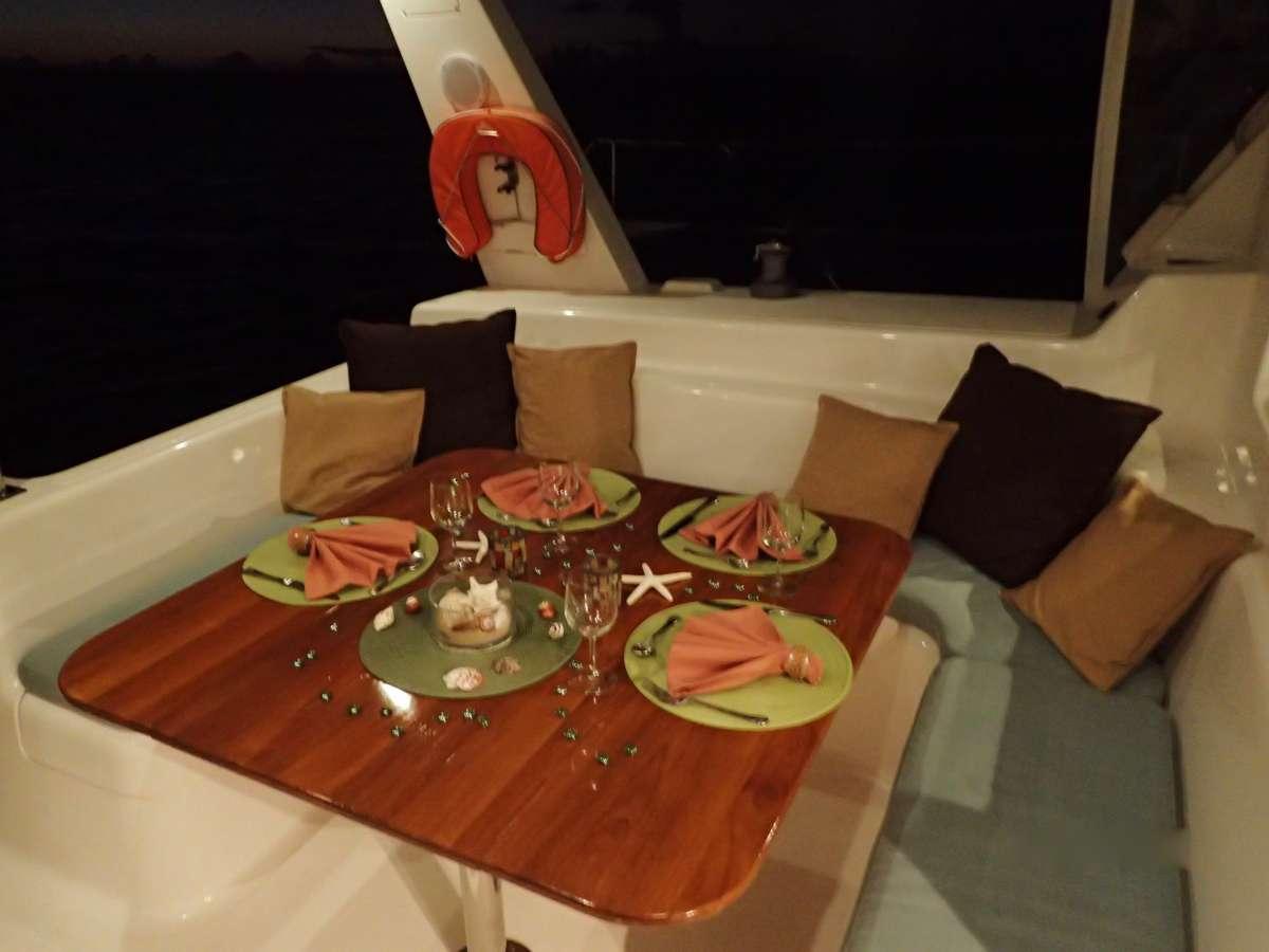 Cockpit dining for 4