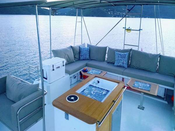 Flybridge with bimini