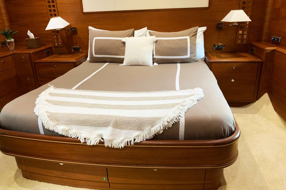 Primary queen berth cabin