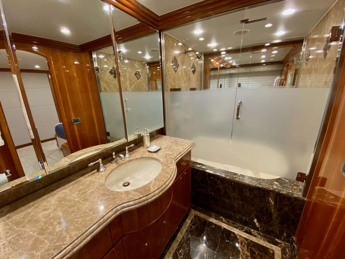 Master ensuite, his/hers