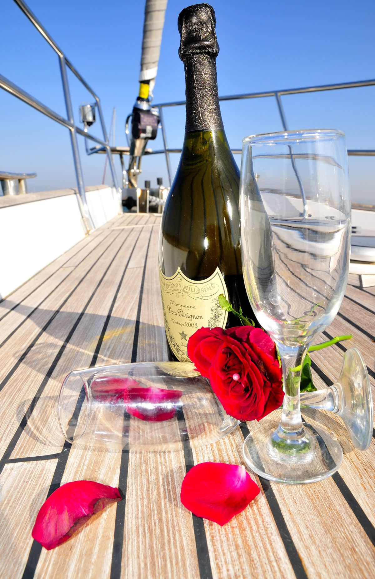 Открытка море и шампанское
