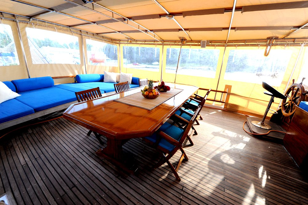 Aft dining and lounge area