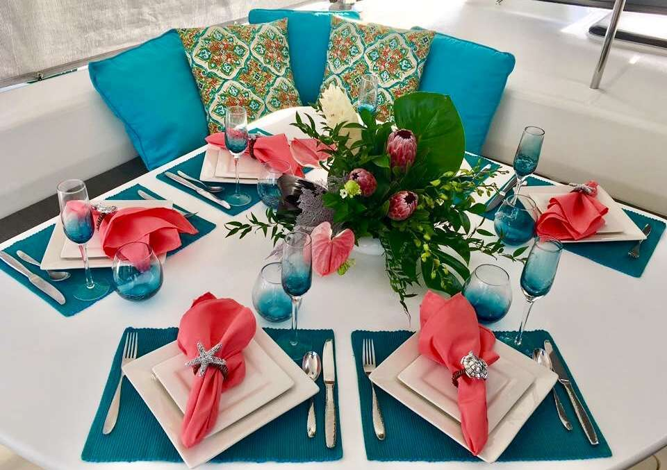 Phenomenal Outdooring Dining Area to Enjoy the Crystal Blue Water