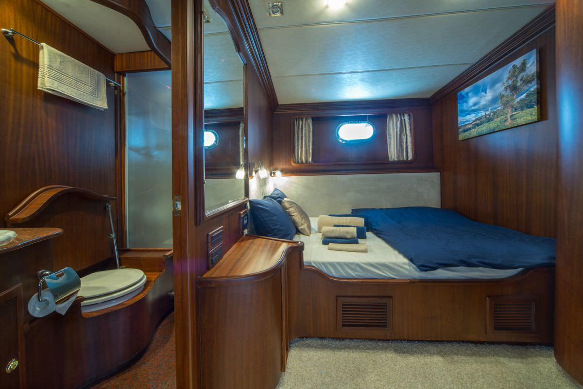 Doble bed cabin 1