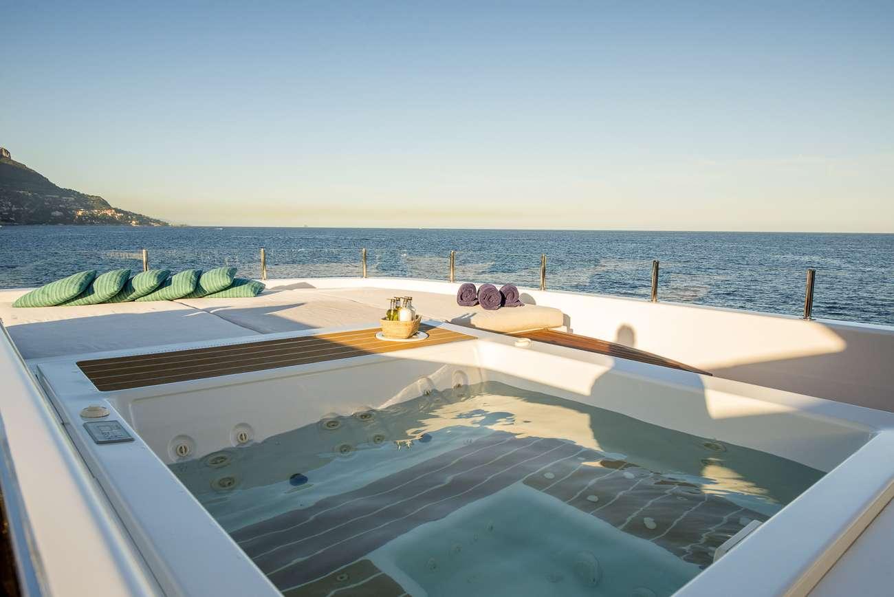 motor yacht ENTOURAGE