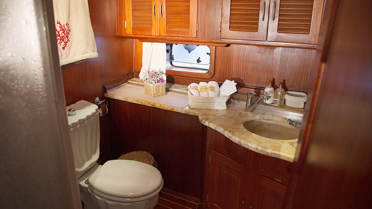 SY Pacha bathroom