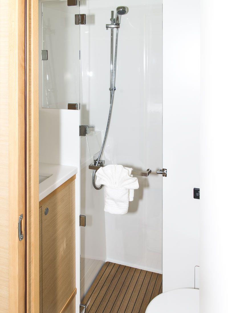 Forward Starboard Bathroom