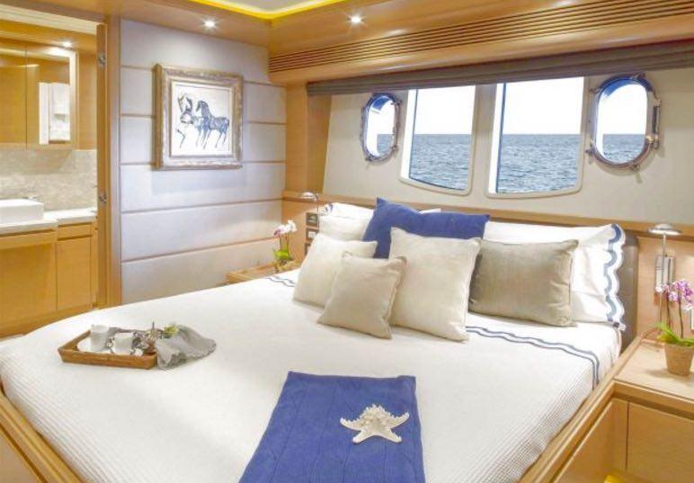motor yacht 97 Ferretti CustomLine