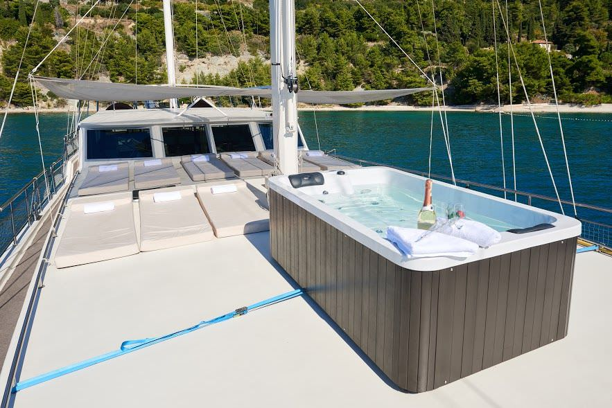 Nautilus - front deck with jacuzzi