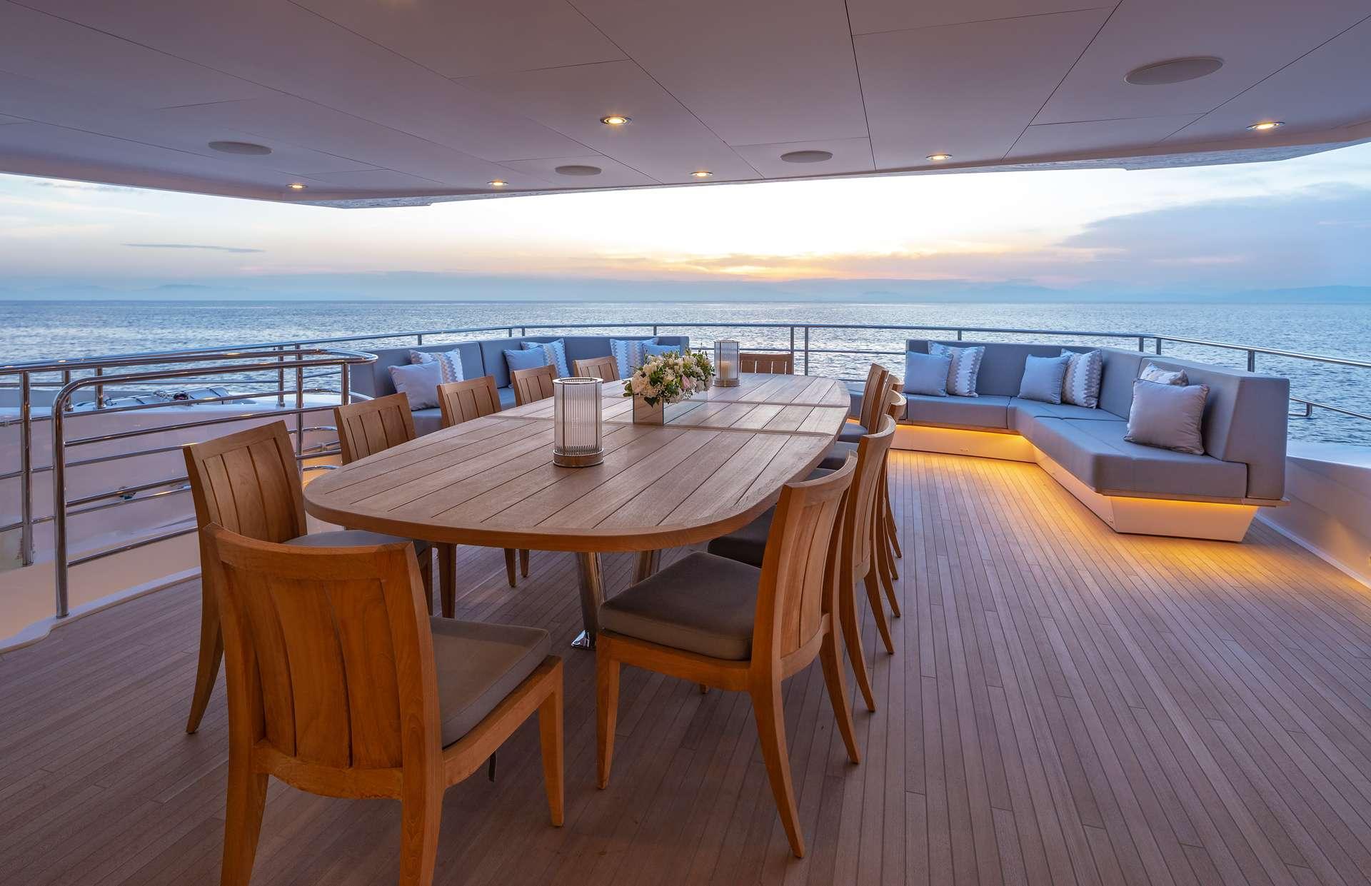 Upper deck Dining /Lounge area