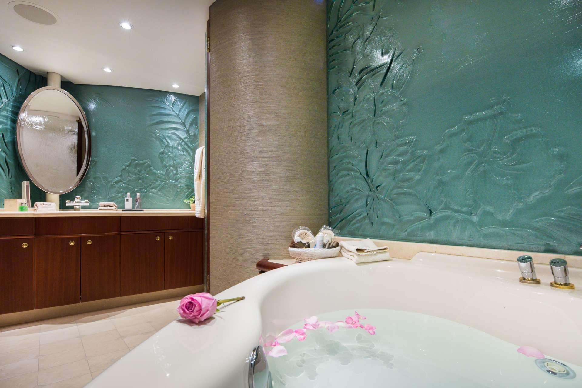 Master Bath (hers)