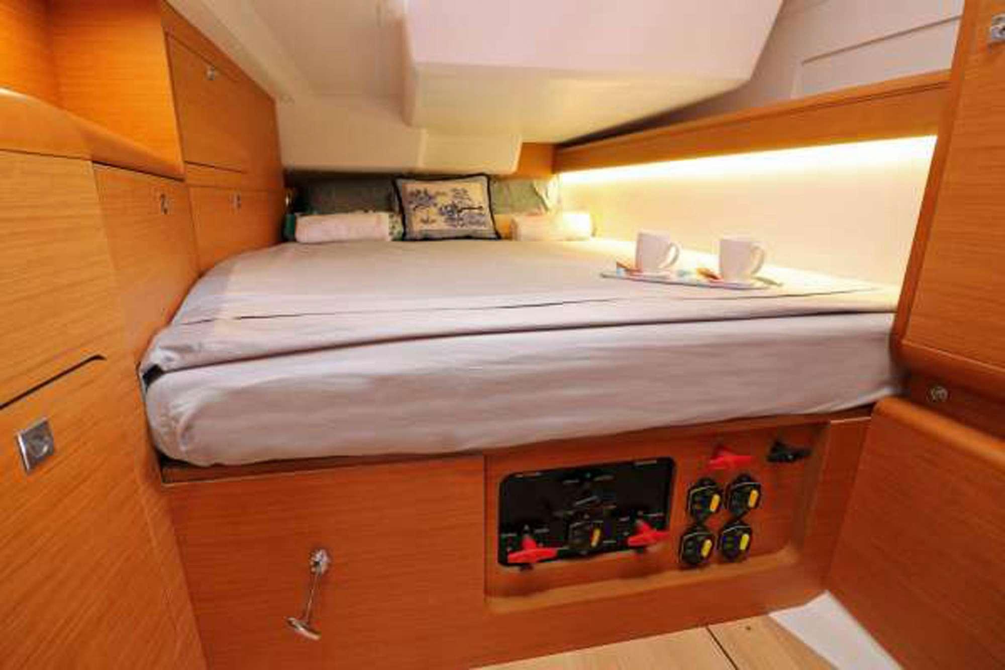 DAUNTLESS yacht image # 7