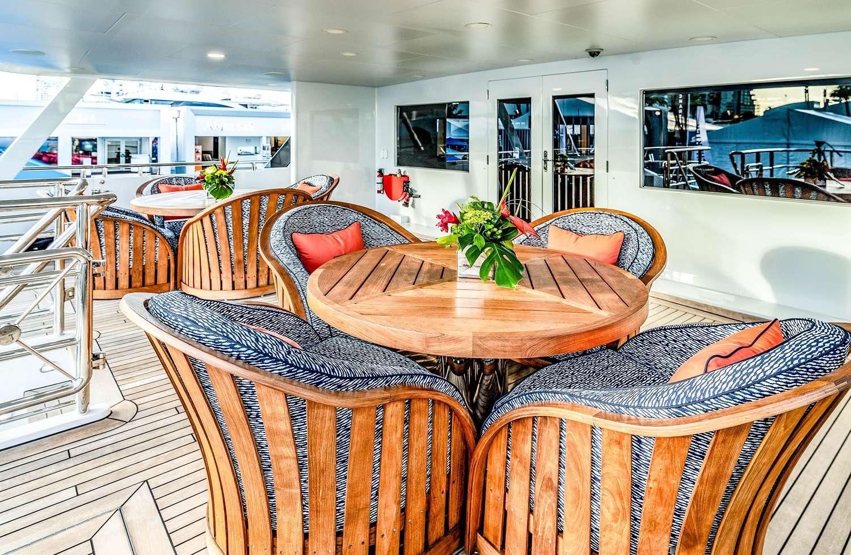 Mid deck dining