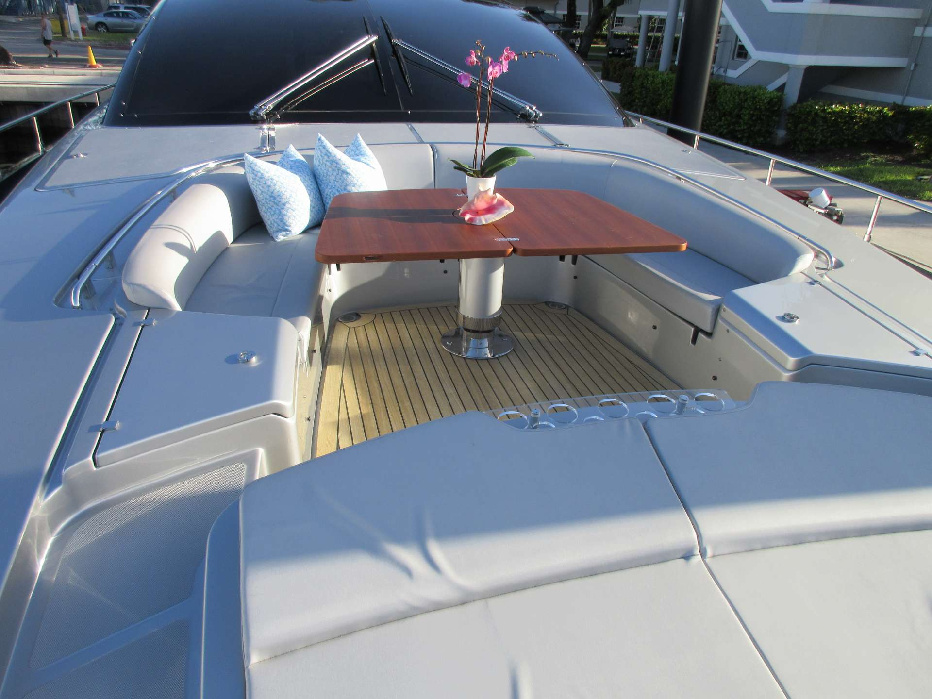 Foredeck Seating / Dining