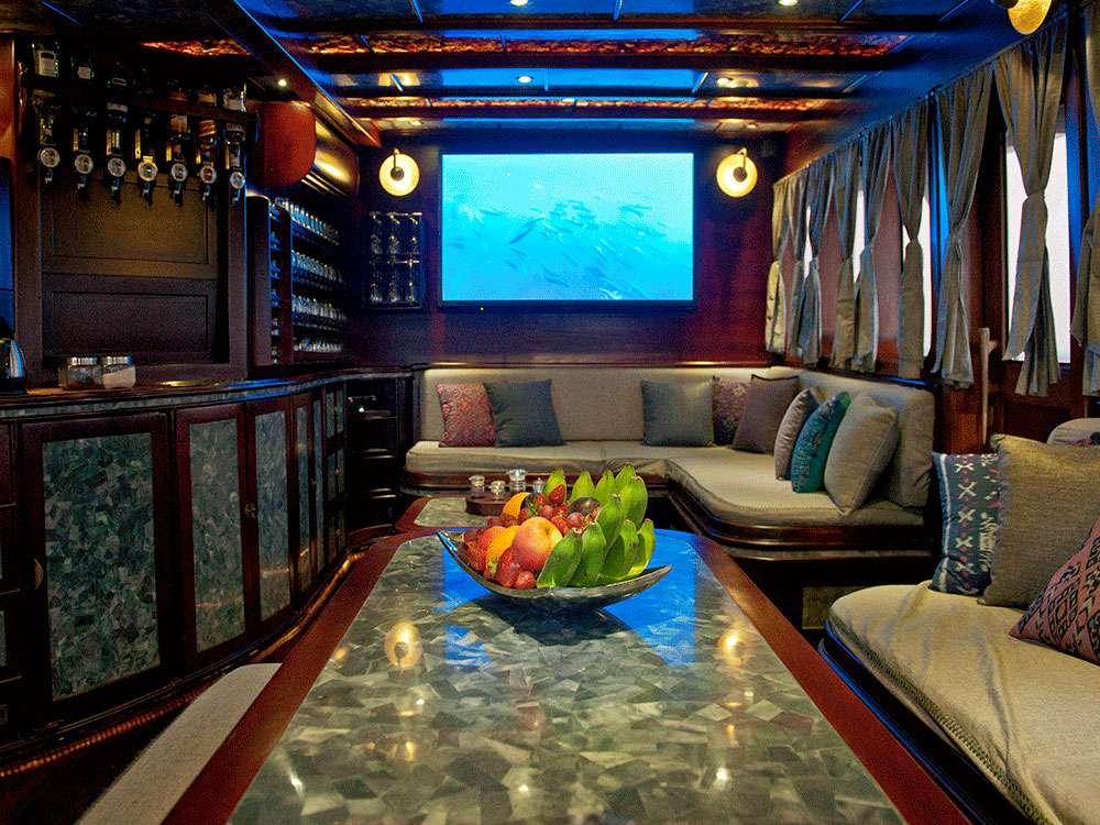 Yacht charter Mantamae