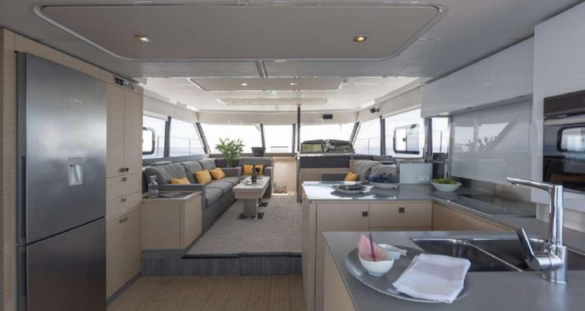 Yacht charter Hondo