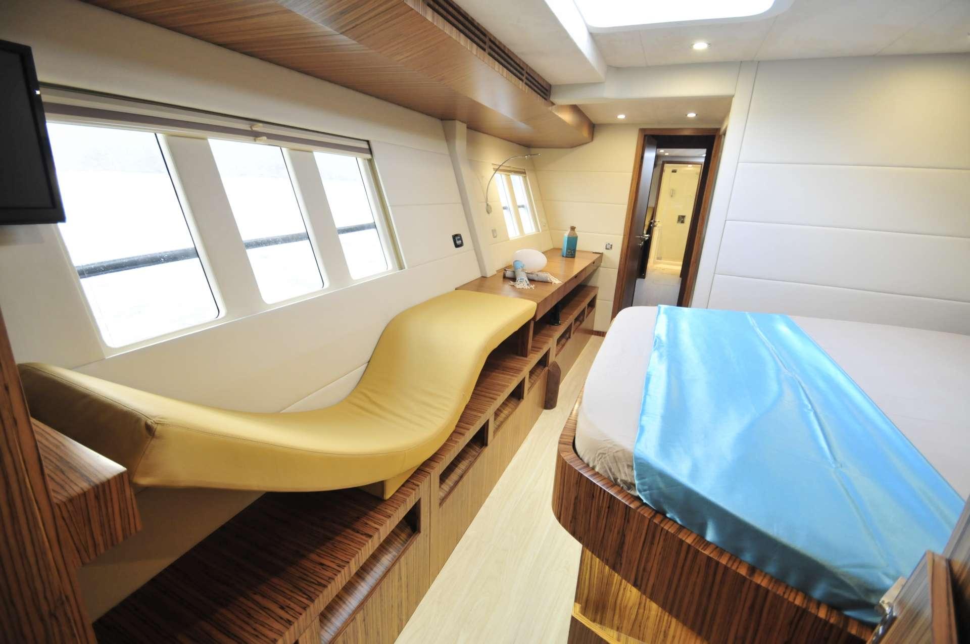 Vanity/window seat in master hull