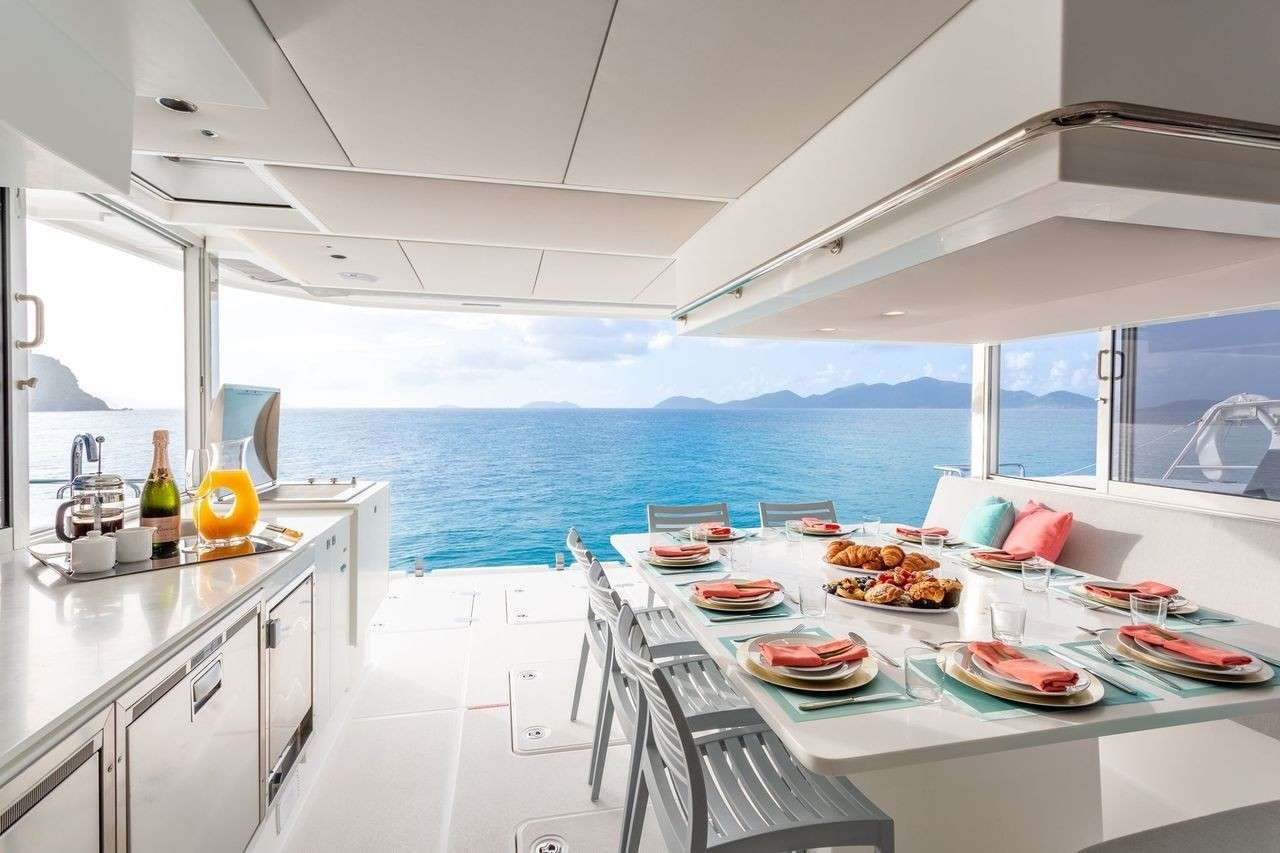 Yacht charter Voyage 590