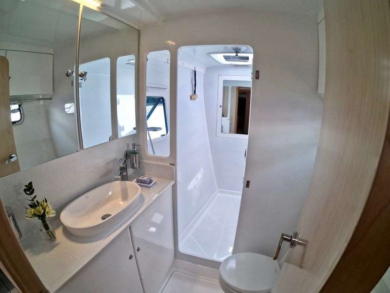 Starboard Forward Head with XL Shower