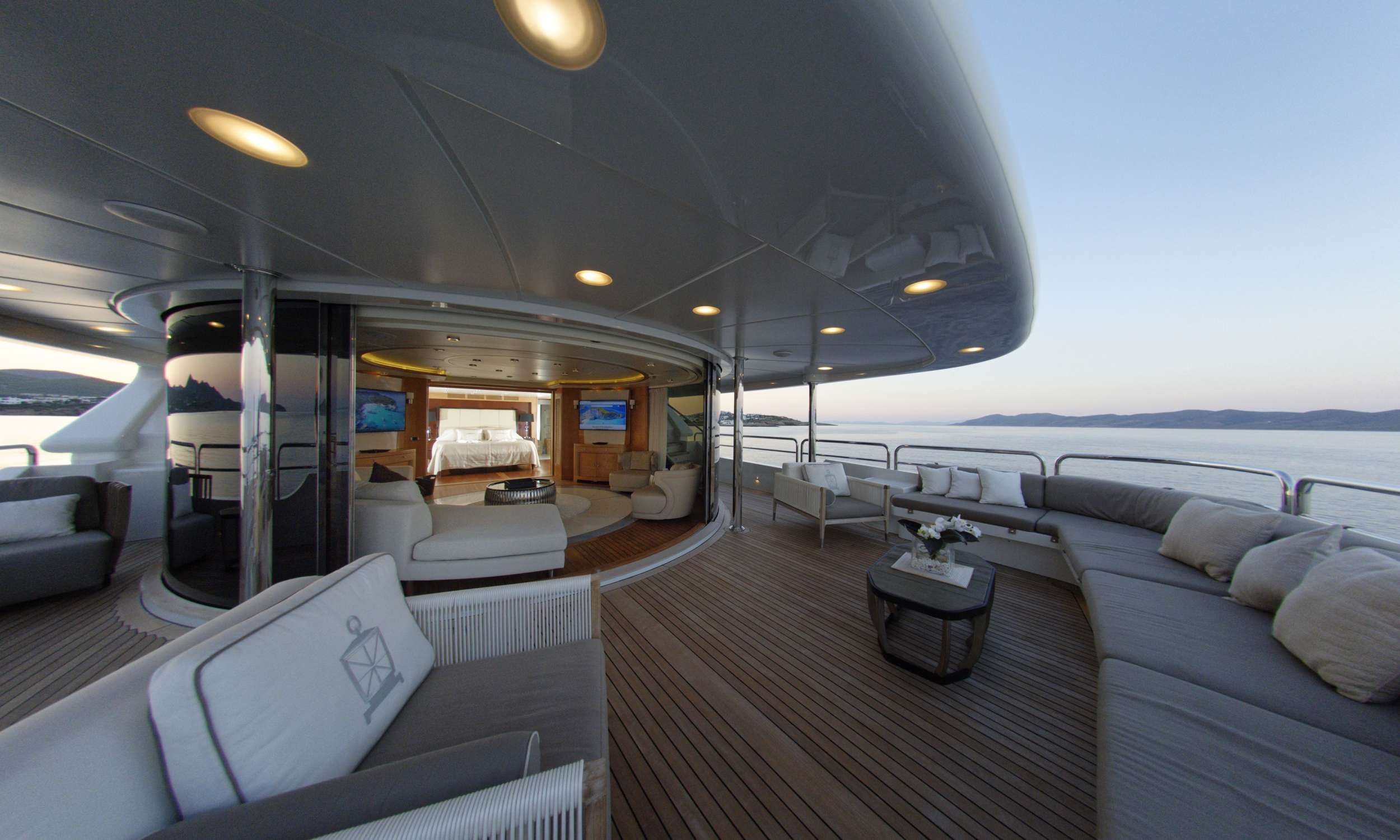 Bridge Deck with SKYLOUNGE & 2nd Master Cabin which can be totally separated by the Skylounge